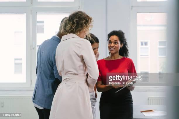 デジタルタブレットを使用して女性とオフィスのビジネスマン - 商業不動産 ストックフォトと画像