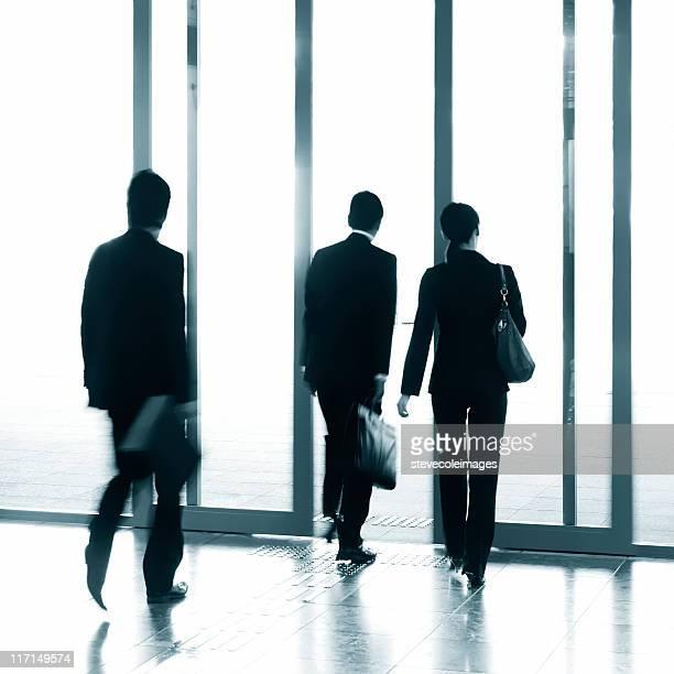 Hommes d'affaires, laissant un immeuble de bureaux