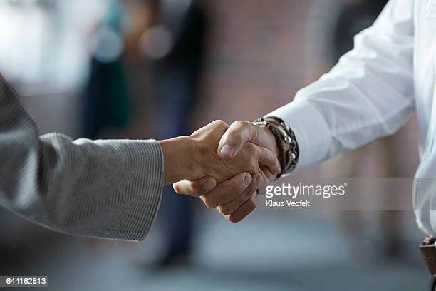 businesspeople making handshake at conference - abmachung stock-fotos und bilder