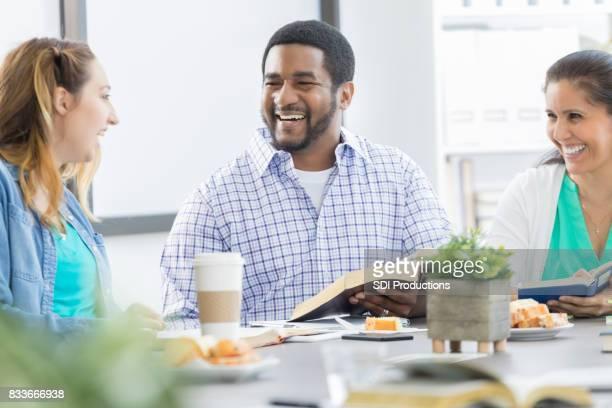 Ondernemers deelnemen bijbelverhaal tijdens de lunch