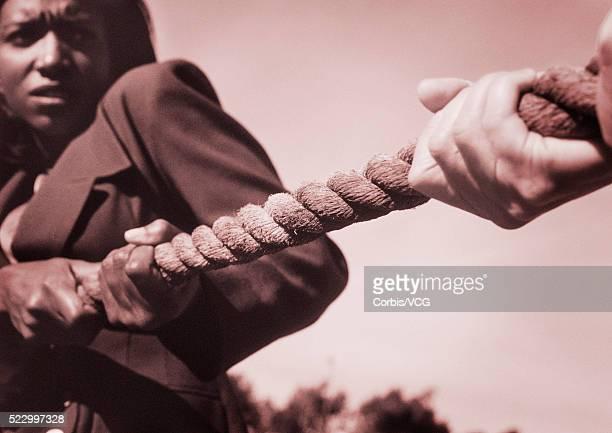 businesspeople playing tug of war - preconceito racial imagens e fotografias de stock