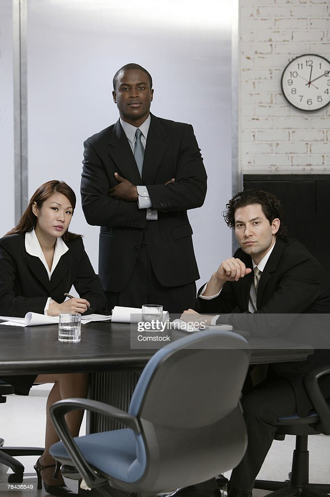 Businesspeople posing at workplace : Stockfoto