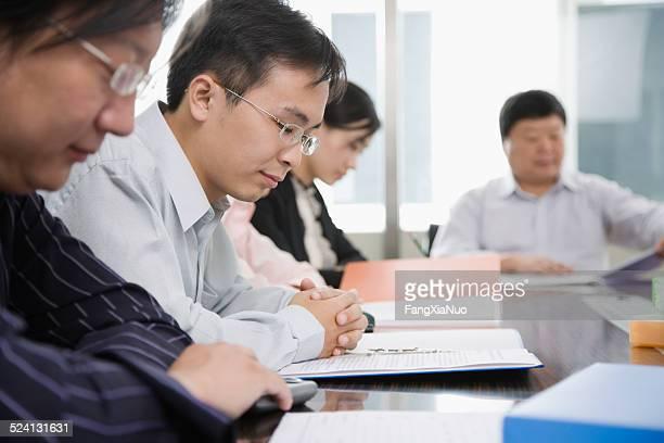 ビジネスマンリーティング文書のコンファレンスルーム