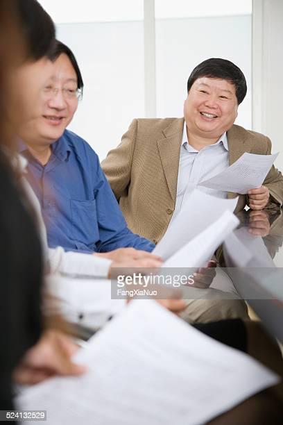 ビジネスマンリーティング文書のコンファレンスルームの笑顔
