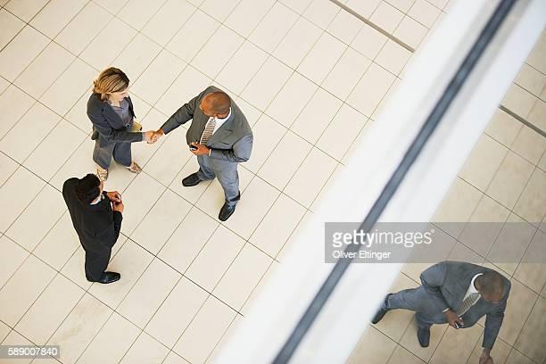 businesspeople shaking hands - oliver eltinger stock-fotos und bilder