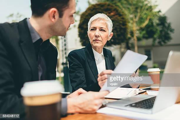 Geschäftsleute Sitzen im Freien und benutzt Laptop.