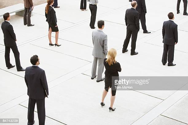 Geschäftsleuten stehen in Bürogebäude courtyard