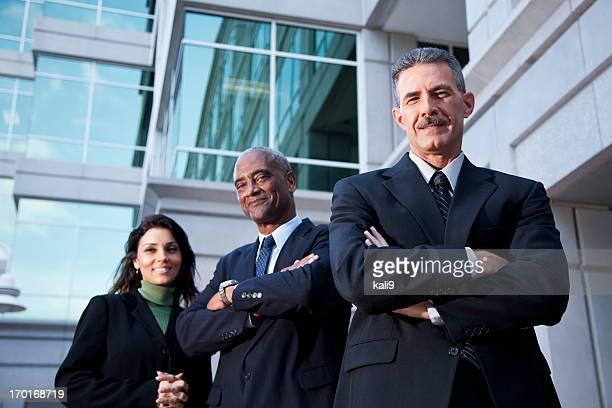 Geschäftsleuten stehen außen Bürogebäude