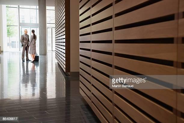 Hommes d'affaires parler dans le couloir