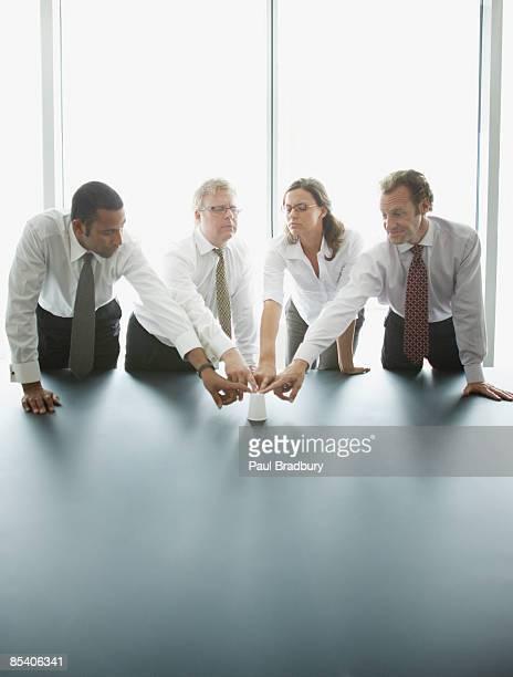 de empresários tocando juntos em uma mesa de conferência - medium group of people - fotografias e filmes do acervo