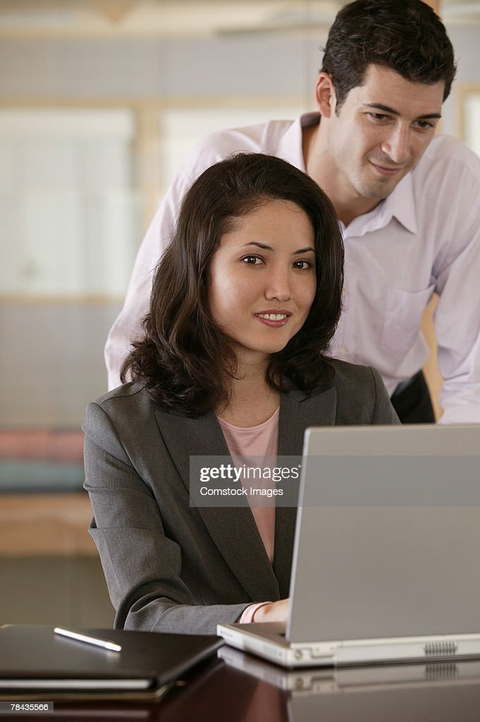 Businesspeople using laptop : Stockfoto