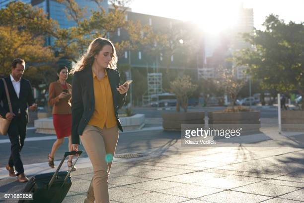 businesspeople walking across square all looking at their phones - all shirts stock-fotos und bilder