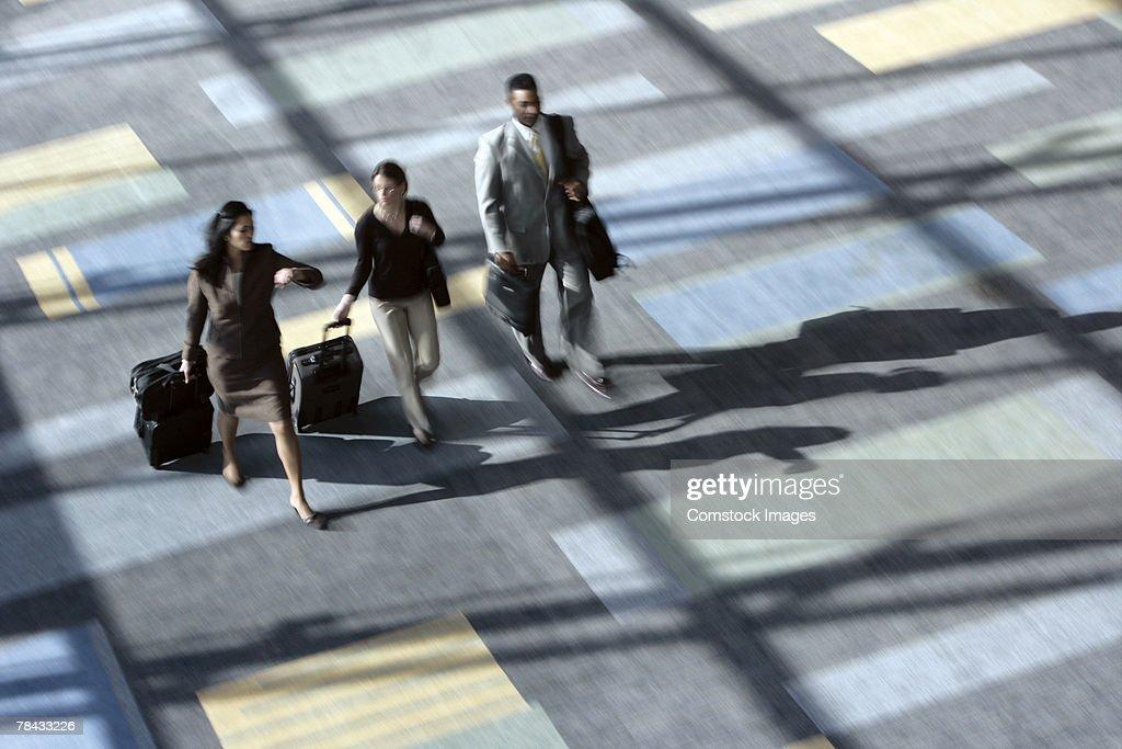 Businesspeople walking in airport : Stockfoto