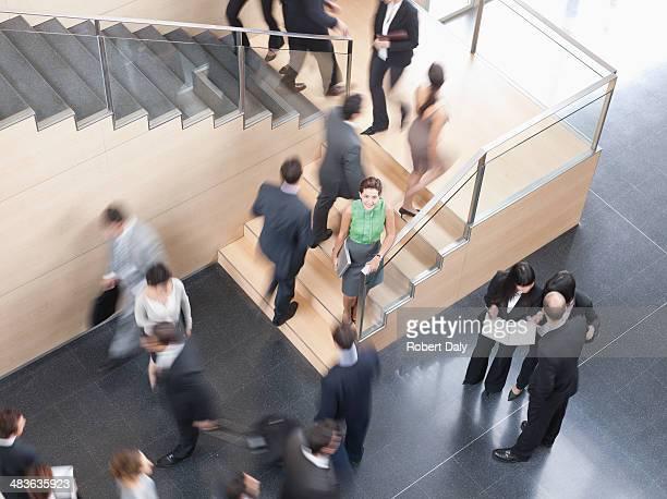 徒歩で忙しいビジネスマンオフィスビル