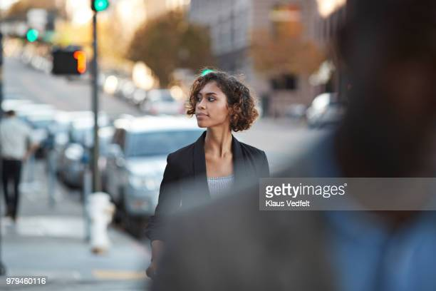 businesspeople walking in pedestrian crossing - marcher photos et images de collection