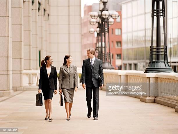 businesspeople walking outdoors - 接近する 女性 ストックフォトと画像