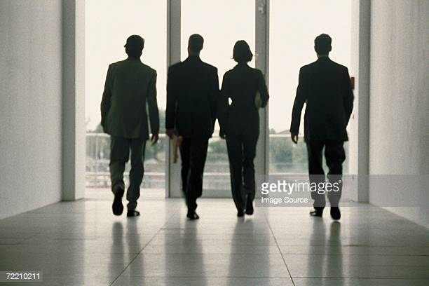 businesspeople walking - vier personen stockfoto's en -beelden