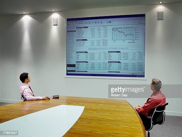 ビジネスマンプレゼンテーションを投影スクリーンの眺め