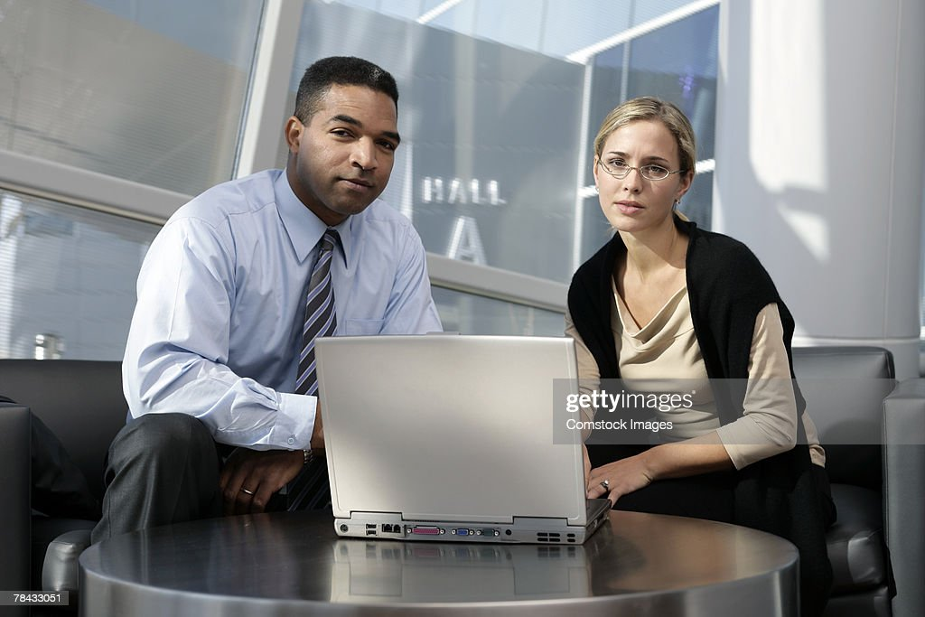 Businesspeople with laptop : Stockfoto