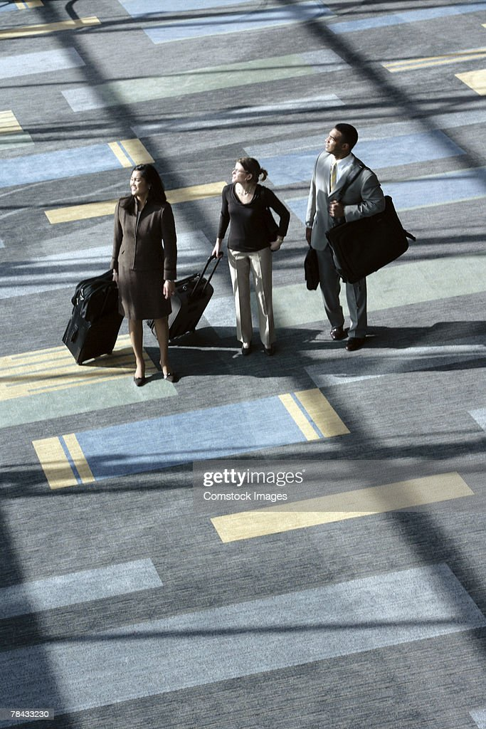 Businesspeople with luggage : Stockfoto