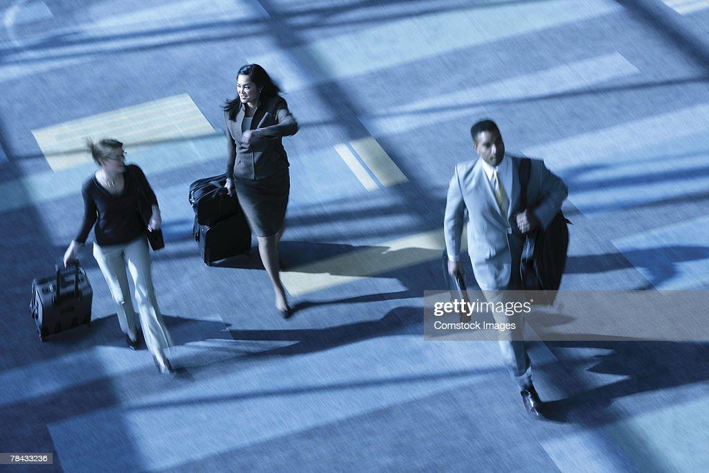 Businesspeople with luggage : Stockfoto