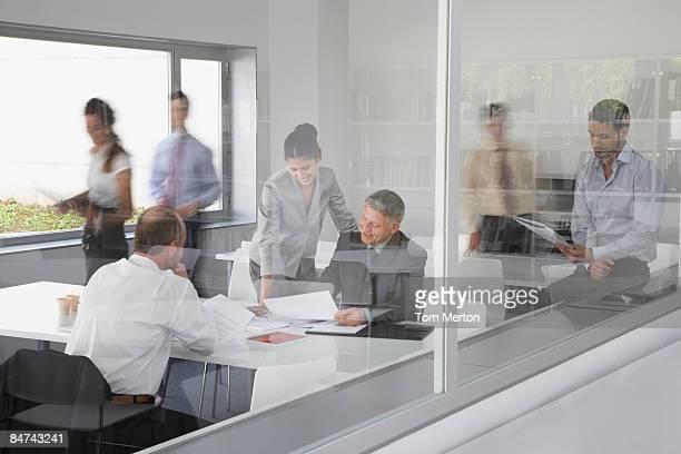 los empresarios trabajando en una sala de conferencias de negocios - control fotografías e imágenes de stock