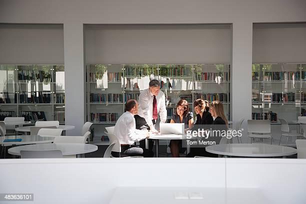 Geschäftsleute Arbeiten im Konferenzraum