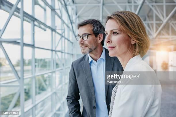 businesswoman and businessman at the airport - geschäftsleute stock-fotos und bilder