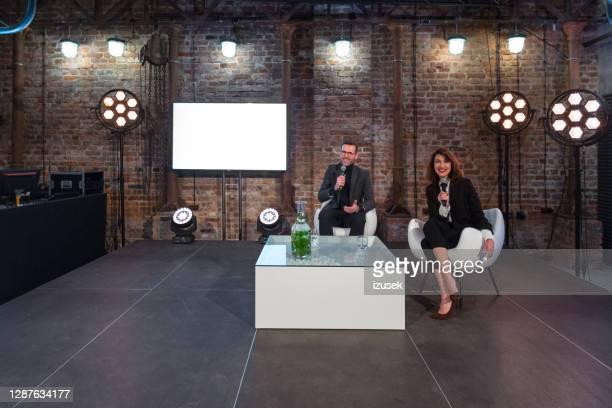 onderneemster en zakenman tijdens presentatie - interview evenement stockfoto's en -beelden