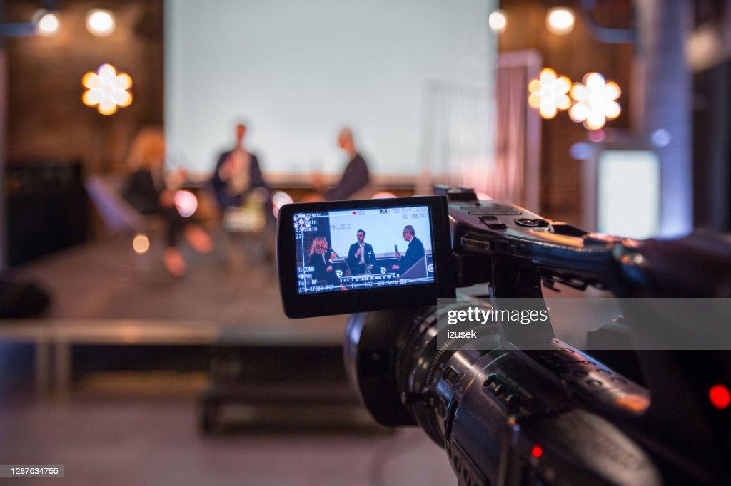 Geschäftsfrau und Geschäftsleute während des Online-Seminars : Stock-Foto