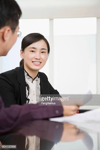 ビジネスウーマンのテーブル、男性、女性を笑顔