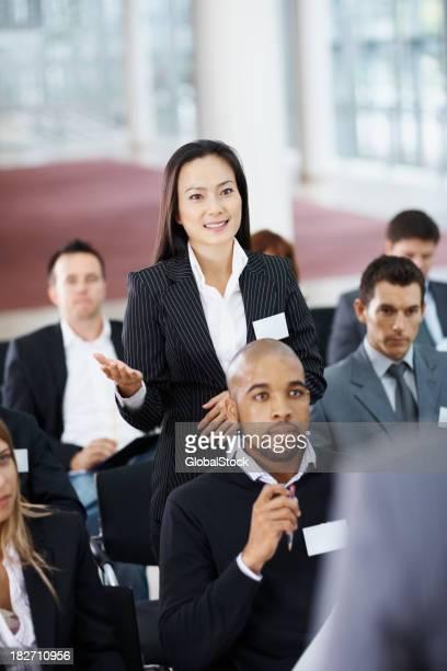 Empresária pedindo questão durante Seminário