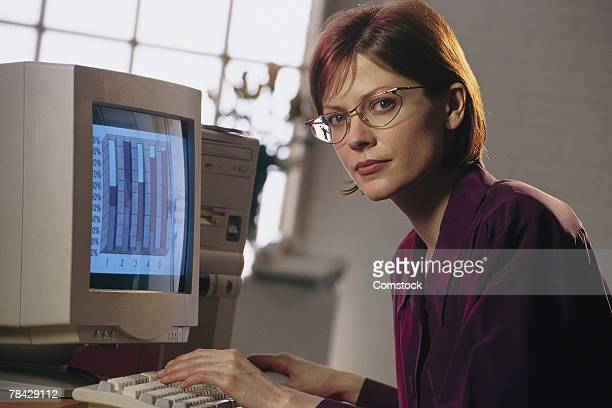 businesswoman at computer - 1990 1999 stockfoto's en -beelden