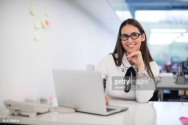 Geschäftsfrau an Schreibtisch in Büro