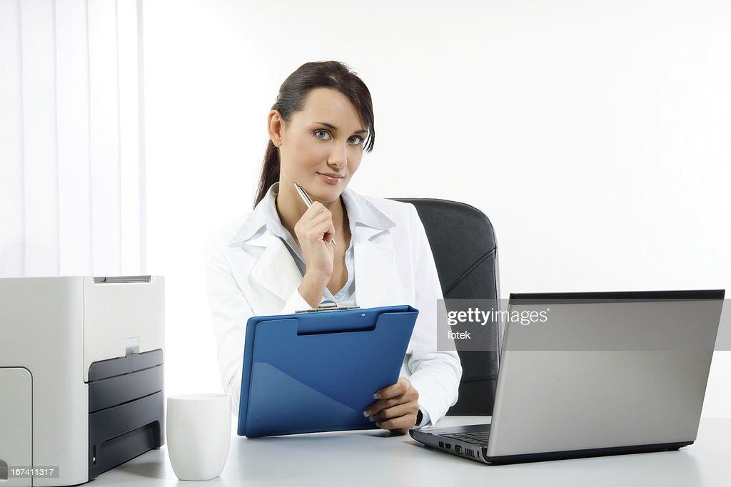 彼女の職場でのビジネスウーマン : ストックフォト