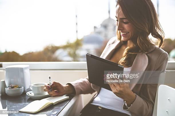 businesswoman at the cafè - 30 39 jaar stockfoto's en -beelden