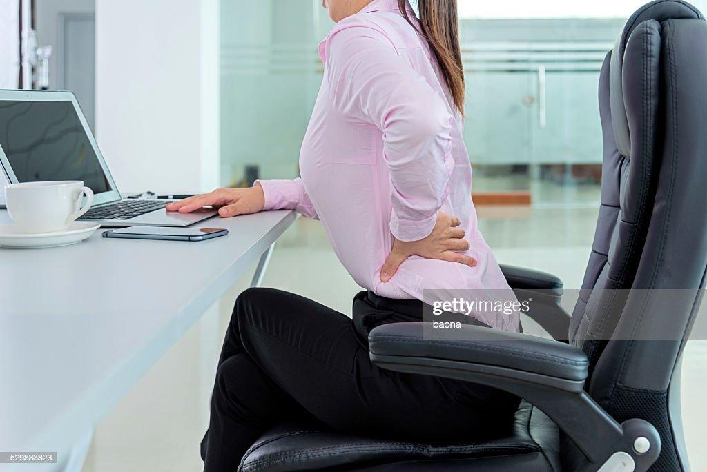 Empresária dor nas costas : Foto de stock