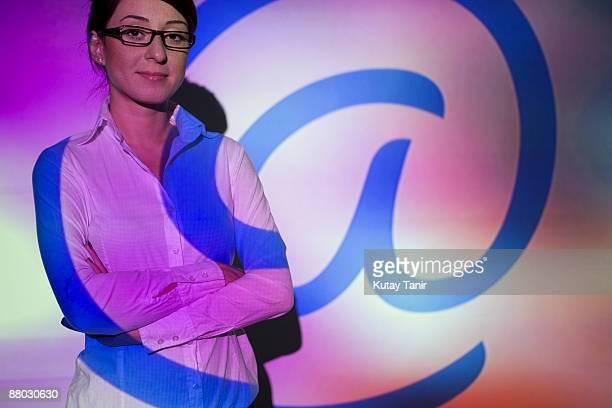businesswoman by projection screen - 映写 ストックフォトと画像