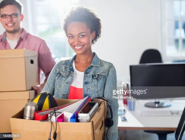 Femme d'affaires portant une boîte d'affaires