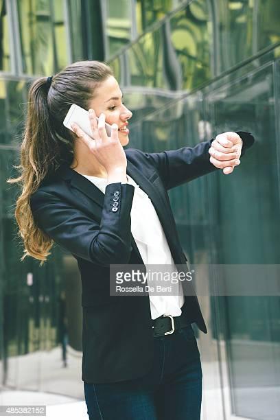 Geschäftsfrau Check-in-Zeit und einen Telefonanruf