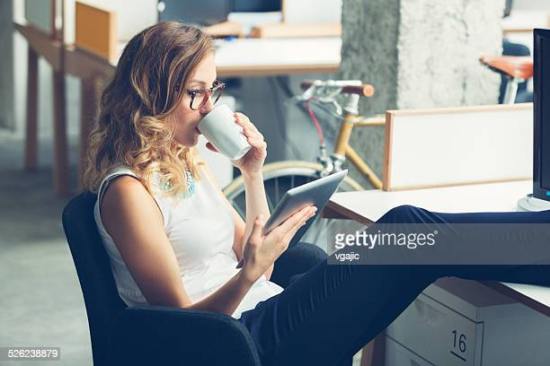 businesswoman coffee break in office. - weekend activiteiten stockfoto's en -beelden