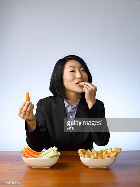 Femme d'affaires de décider quel à manger