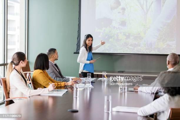 ビジネスウーマンが企業の慈善事業の機会について話し合う - 運営委員会 ストックフォトと画像