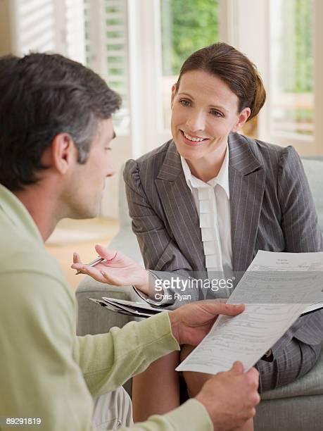 Geschäftsfrau Papiere diskutieren mit Mann