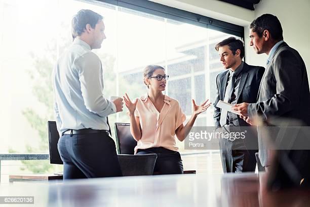 Mujer de negocios hablando con sus colegas de oficina