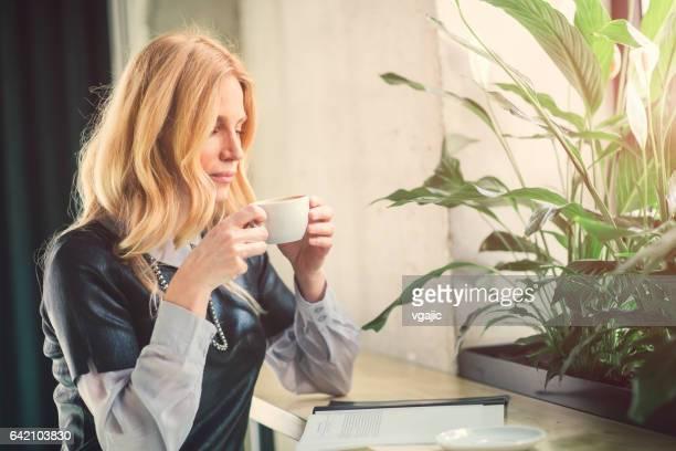 Geschäftsfrau, trinken Kaffee im Café.