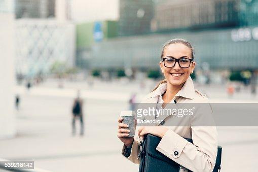 Femme d'affaires boire du café