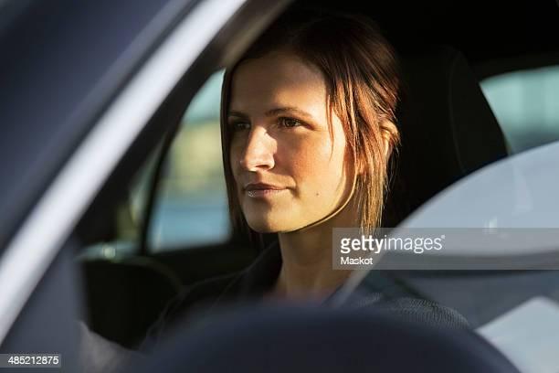businesswoman driving car - enfoque diferencial fotografías e imágenes de stock