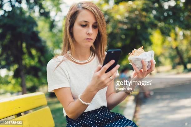 Geschäftsfrau, Frühstücken im park