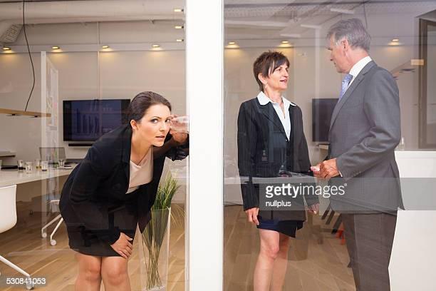 Donna d'affari che vogliono intromettersi nelle suoi superiori